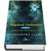 Stapanul umbrelor de Cassandra Clare (Cartea a doua din seria Uneltiri intunecate)